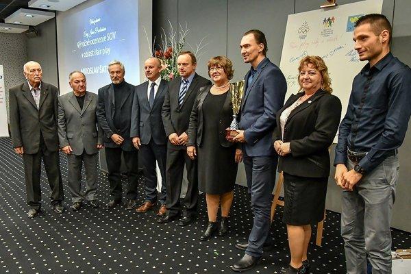 Dušan Ondruš (prvý zľava) spoločne s ostatnými ocenenými.