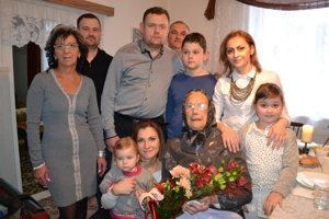 V kruhu rodiny. Vnučky Marianna Kličová a Milena Barnová s rodinami, chýba vnuk Ondrej Jurov, ktorý býva v Tatrách.