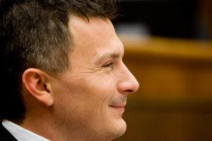 Šéf rezortu financií Ján Počiatek počas pobytu v Monaku navštívil jachtu finančníka Ivana Jakaboviča, kde sa stretol s predstaviteľmi finančných skupín J&T a Istrokapital. Vzniklo podozrenie, že na nej mohol finančníkom prezradiť, že sa chystá zmena kurzu, za aký mali Slováci od 1. januára 2009 meniť euro. Finančné skupiny na obchodoch na devízovom trhu zarobili milióny eur. Počiatek odmietol, že by s podnikateľmi hovoril o výmennom kurze.