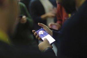Členovia separatistickej koalície Carlesa Puigdemonta Spoločne pre Katalánsko sledujú volebné výsledky na smartfóne.
