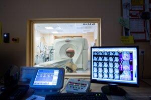 podozrivý nákup CT-prístroja piešťanskou nemocnicou. Premiér vyzval na odstúpenie z funkcie podpredsedníčky Národnej rady SR aj Renátu Zmajkovičovú (Smer-SD), predsedníčku dozornej rady v piešťanskej nemocnici.