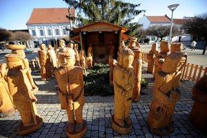 Jeden z najväčších betlehemov na Slovensku na novomestskom Námestí slobody v Novom Mesto nad Váhom. Raritu tvorí vyše dvadsať nadrozmerných postáv ľudí, ale aj zvierat vyrezaných z lipového dreva.