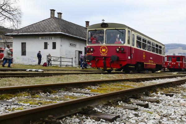 Vlak Košickej detskej historickej železnice. Medzi mestami Moldava nad Bodvou a Medzev premávajú vlaky už iba ako atrakcia pre turistov.