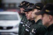 Slovensko zabezpečuje pre policajtov výstroj a výzbroj.