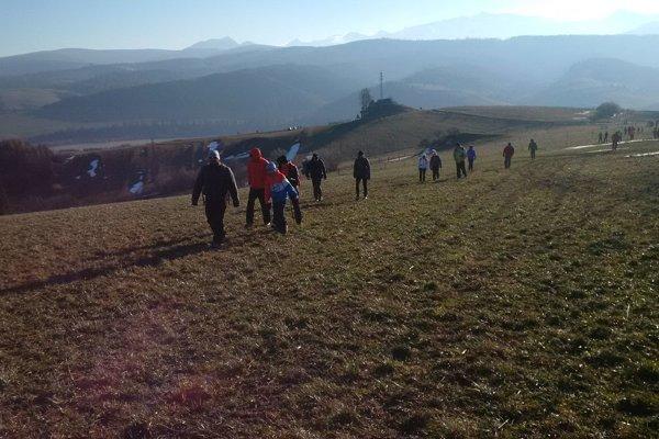 Na ceste na vrchol Javorového vrchu sa museli účastníci vysporiadať so silným vetrom.