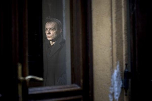 """Martin Burlas (60) študoval kompozíciu na VŠMU uJána Cikkera. Pracoval ako hudobný režisér vOpuse, neskôr vSlovenskom rozhlase. Začiatkom 80. rokov sa stal najradikálnejším predstaviteľom nastupujúcej skladateľskej generácie. Účinkuje vo viacerých hudobných projektoch. Skapelou Ospalý pohyb práve vydali po takmer 20 rokoch aEP """"ü"""""""