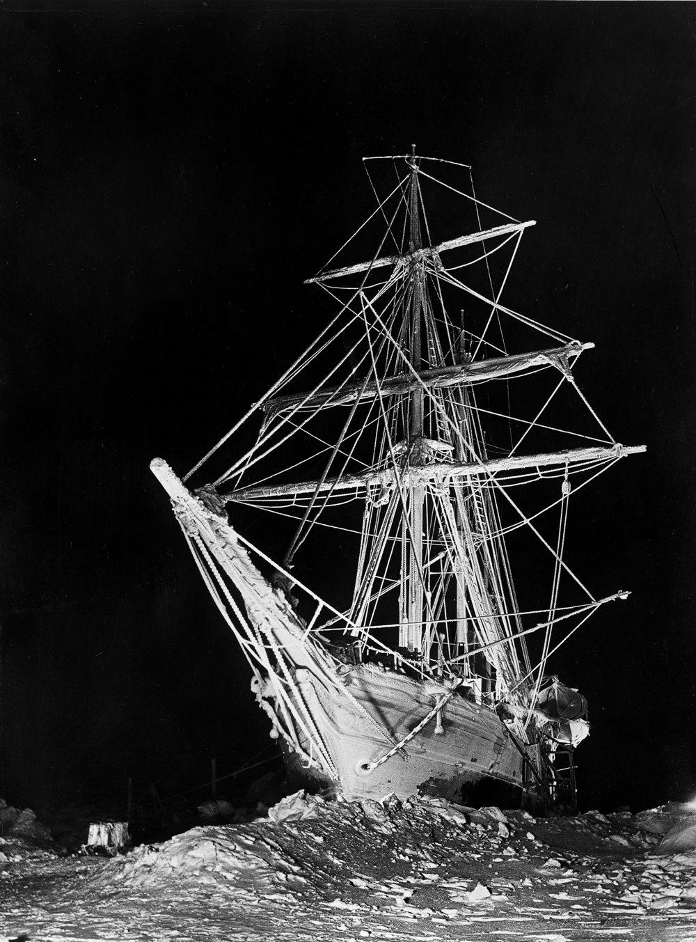 Počas dlhej polárnej noci osvetlil Hurely Endurance desiatkami svetlíc a vytvoril tak jedinečne dramatický nočný záber lode.