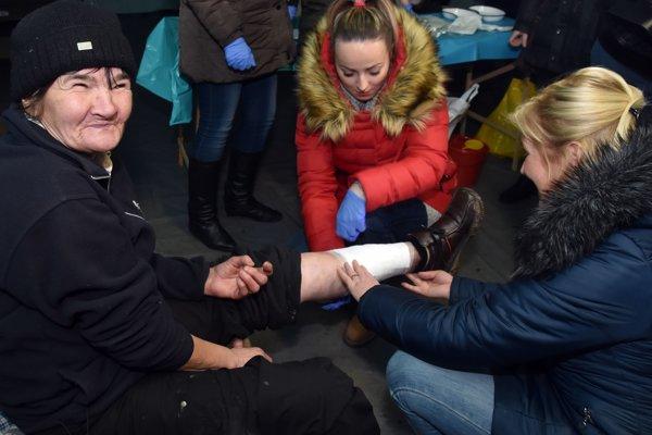 Na snímke študenti Vysokej školy zdravotníctva a sociálnej práce sv. Alžbety - detašované pracovisko Michalovce vyšetrujú bezdomovkyňu v stane pri železničnej stanici v Michalovciach.