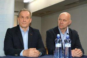 Vedenie oceliarov ich včera odvolalo. Milan Jančuška (vľavo) ajeho asistent Jerguš Bača doplatili na prepad vtabuľke.