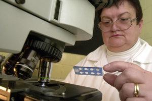 Príprava vzoriek na imunoflorescenčný test na syfilis.