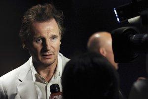 Liam Neeson pred novinármi.