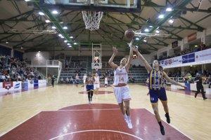 Na snímke zľava Petra Bartánusová (Ružomberok) a Marta Páleníková (Košice) počas zápasu B-skupiny Európskeho pohára FIBA v basketbale žien MBK Ružomberok - Good Angels Košice.