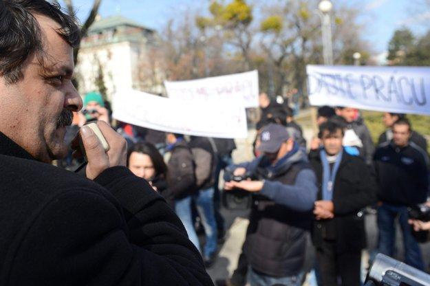 Predseda Strany rómskej únie na Slovensku František Tanko (vľavo) počas protestu Rómov pred Úradom vlády SR v marci 2013.