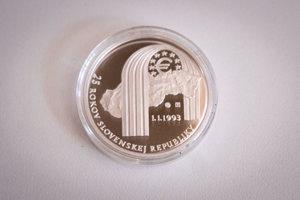 Líce pamätnej striebornej zberateľskej mince k 25. výročie vzniku SR v nominálnej hodnote 25 eur pri príležitosti prvého dňa predaja v priestoroch Primaciálneho paláca v Bratislave. Podujatie organizuje Mincovňa Kremnica a Národná banka Slovenska.