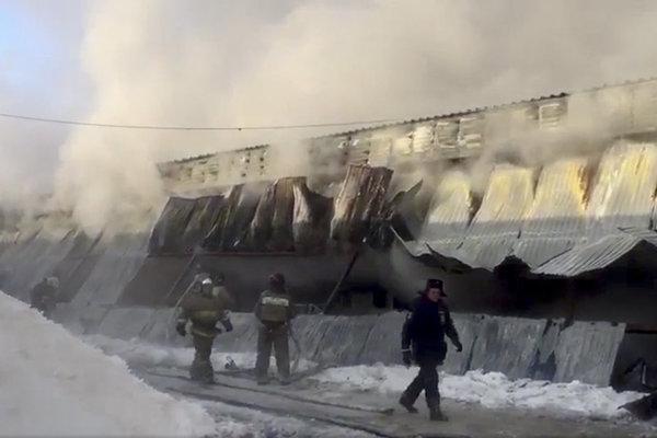 Požiar v ruskej továrni na topánky.
