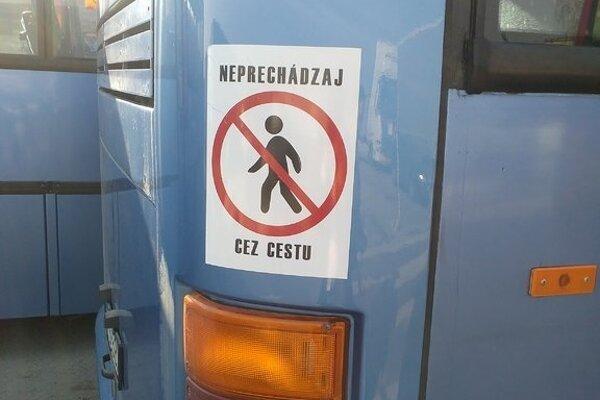 Na autobusoch prímestskej dopravy chodcov upozorňujú takéto nálepky.