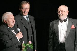 Herci Marián Labuda a Michal Dočolomanský gratulujú spevákovi Zdenkovi Sychrovi na jubilejnom koncerte pri príležitosti osláv 70. narodenín Z. Sychru.