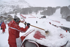 Problémy so snehom sú aj vo Val d'Isere.