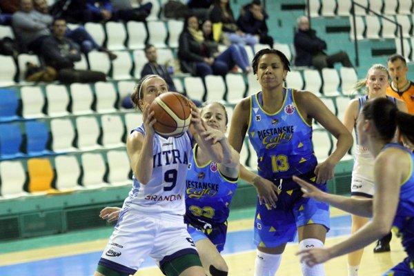 V troch zo štyroch štvrtín basketbalistky Nitry držali krok s favorizovaným súperom.