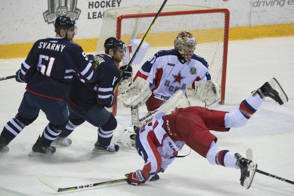 Ivan Švarný (vľavo) a Zach Boychuk sa márne snažia dostať k puku pred brankárom Iľjom Sorokinom.