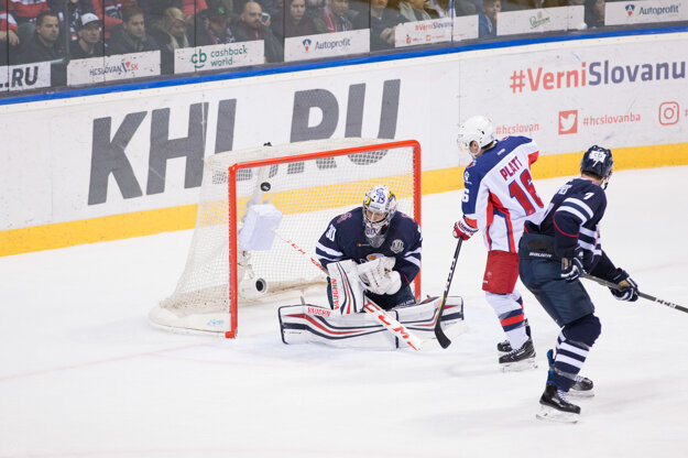 Geoff Platt (v strede) strieľa gól do siete Slovana.