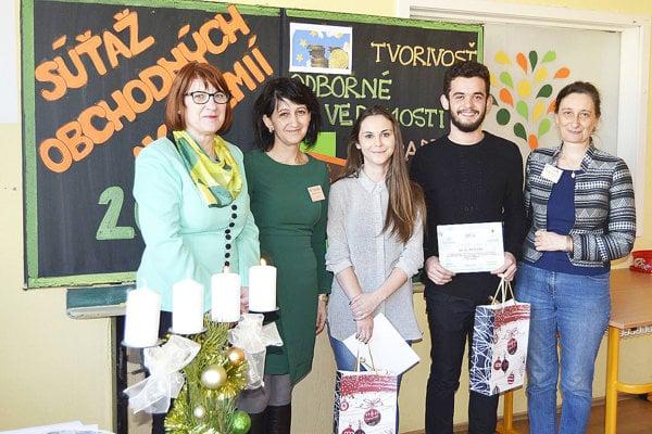 Na fotografii zľava: Riaditeľka SŠ Tvrdošín Ľudmila Uhlíková, zástupkyňa Jana Dreveňáková atím víťaznej obchodnej akadémie so svojou učiteľkou.