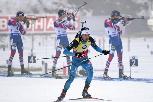 Martin Fourcade (v popredí) a za ním jeho nórski súperi.