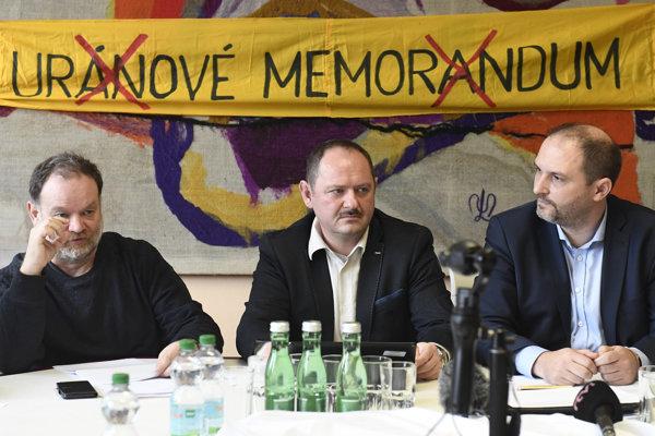 Zľava právnik Jozef Šuchta, poslanec NR SR Zsolt Simon a poslanec Košického samosprávneho kraja a Mestského zastupiteľstva Košice Jaroslav Polaček.