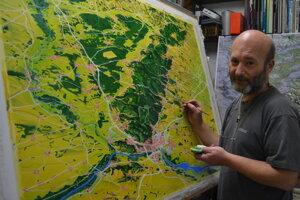 Miroslav Kapsdorfer pri maľovaní mapy.