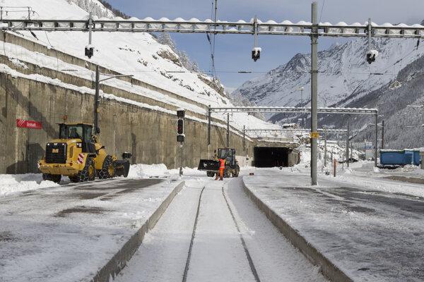 Prístup do mesta Zermatt je stále nemožný po ceste aj po koľajniciach.