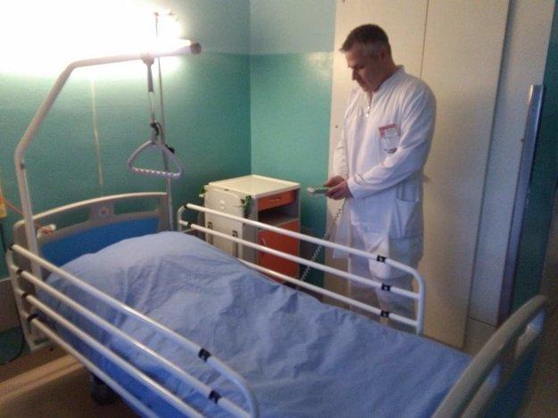 Nové polohovateľné postele pomôžu aj lekárom.