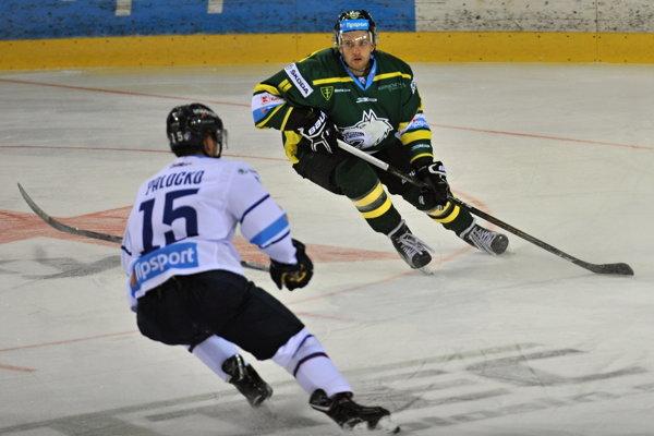 Kanadský hokejista Félix-Antoine Poulin (v tmavom) opúšťa žilinský tím.