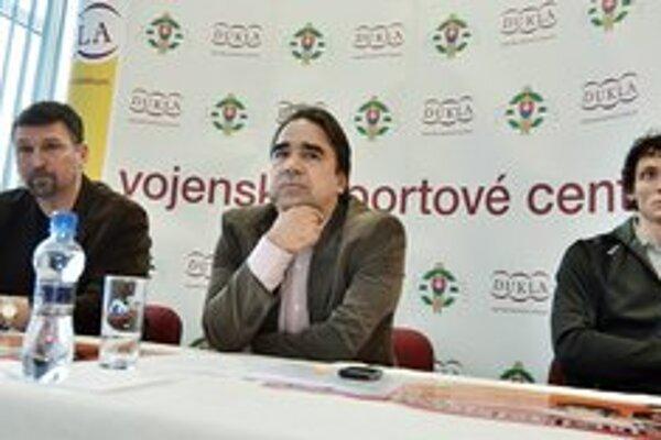 Na snímke zľava Ľubomír Roško z VŠC Dukla Banská Bystrica, manažér mítingu Alfons Juck a slovenský reprezentant v skoku do výšky Peter Horák.