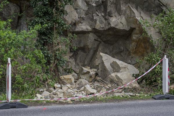 Svah nad frekventovanou Devínskou cestou v Bratislave. Z jeho brala sa 5. apríla 2017 zrútilo k okraju vozovky niekoľko veľkých kusov skál.