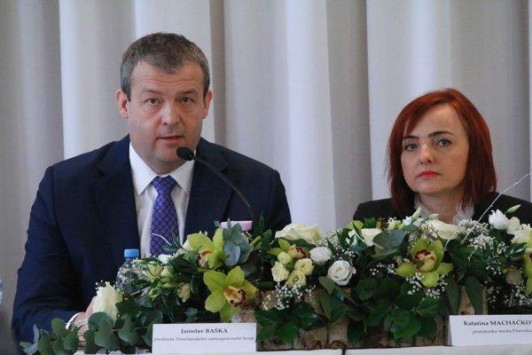 Župan Jaroslav Baška a primátorka Prievidze Katarína Macháčková na stretnutí k tvorbe akčného plánu.