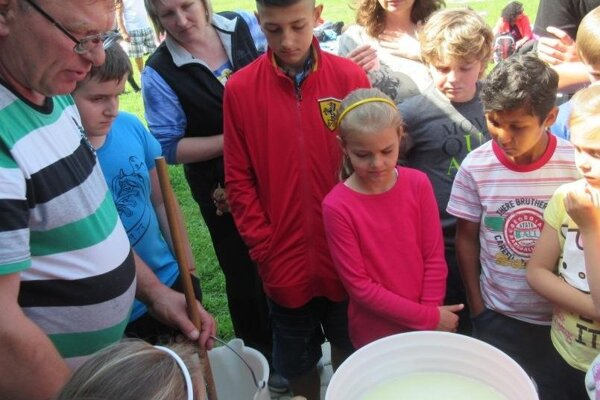 Kamenčianske deti prežili originálny deň na salaši.