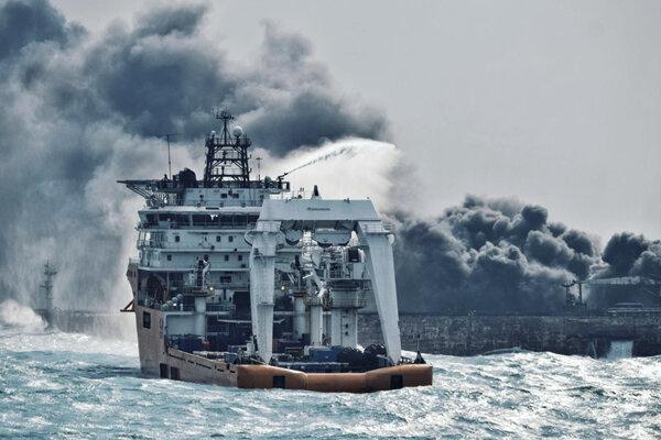 Loď hasí požiar na tankeri Sanchi.
