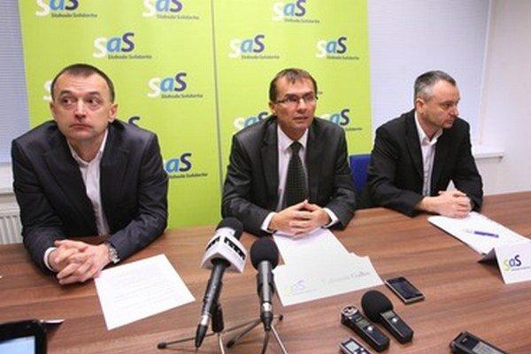 Ľubomír Galko (v strede), regionálny predseda Radovan Sloboda (zprava) a tímlíder pre dopravu Miroslav Ivan (zľava).