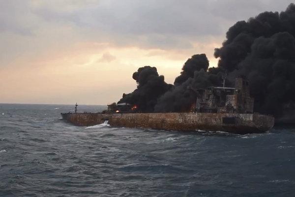 Horiaci ropný tanker.