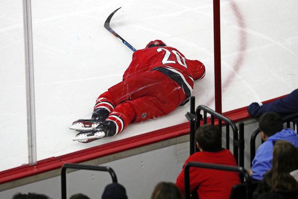 Sebastian Aho nedohral zápas proti Calgary.