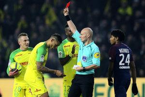 Francúzska futbalová federácia (FFF) suspendovala rozhodcu Tonyho Chaprona.