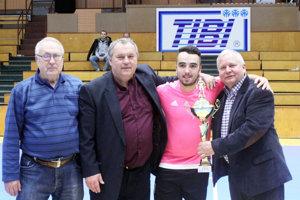 Víťazný pohár prevzal z rúk organizátorov Oliver Vágó. Blahoželá mu Tibor Rábek.