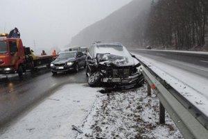 Následky reťazovej nehody na R1.