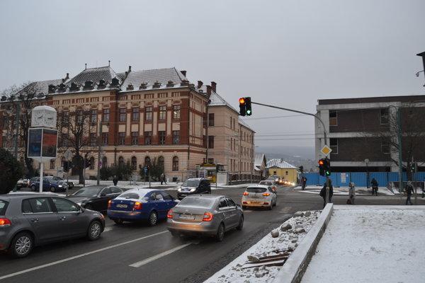 Križovatka pri starom Tescu. Už teraz sú tam problémy s dopravou.