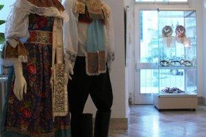Sviatočný odev muža a ženy z Jablonice.