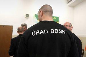 Kotleba obsadil svojimi ľuďmi miesta v ochranke aj vo vedení úradu BBSK. Posielať mu za to mali časť z platu.
