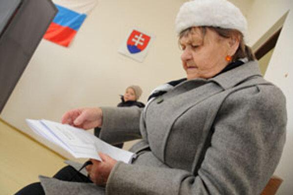 Prevahu vo volebných miestnostiach majú starší ľudia.