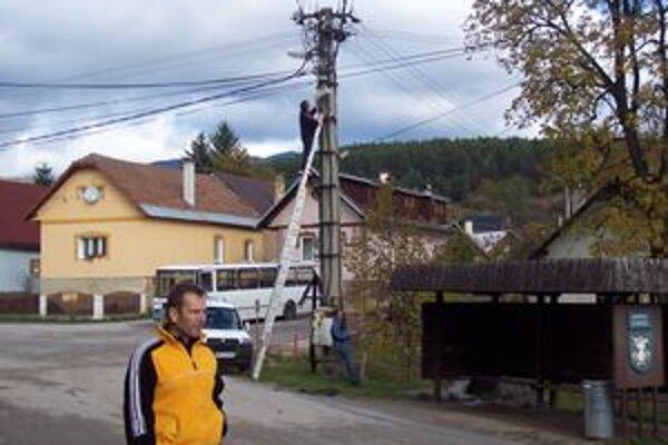 V Hornej Lehote vietor potrhal vedenie obecného rozhlasu. V popredí starosta Vladimír Bušniak.