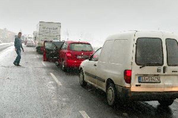 Takýmto situáciám sa vodiči našťastie vyhli napriek tomu, že na mnohých miestach stredného Slovenska nasnežilo a fúka silný vietor.