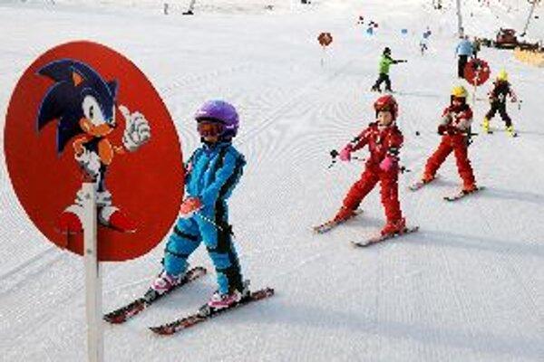 Nie každý rodič si môže dovoliť zaplatiť dieťaťu lyžiarsky výcvik.